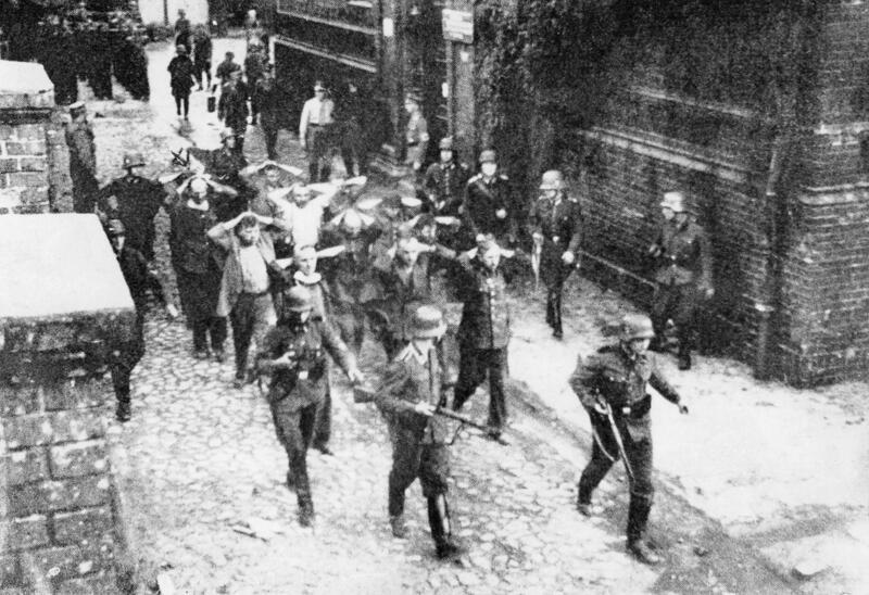Polscy pocztowcy jako jeńcy, 1 września 1939 roku. Do egzekucji doszło 34 dni później. Miejsce ukrycia ciał rozstrzelanych zostało znalezione przypadkowo w 1991 roku
