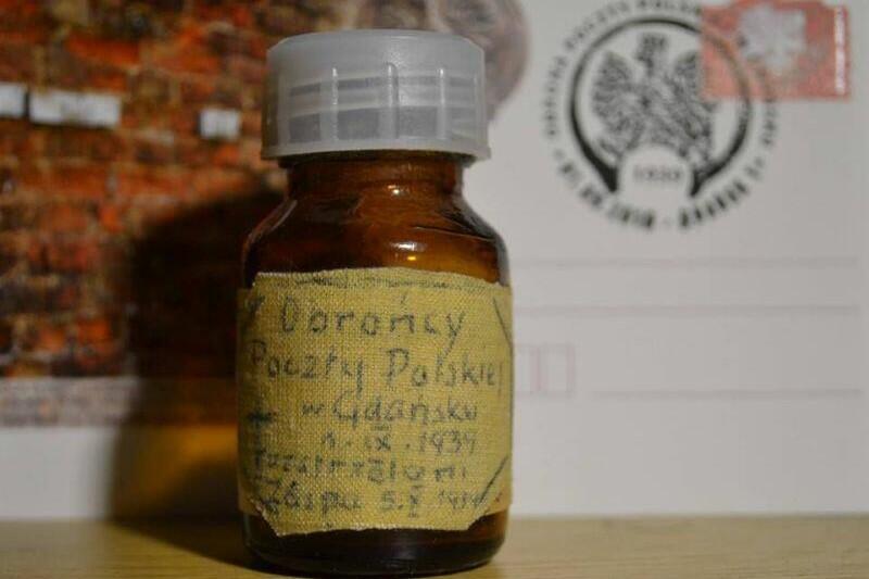 Ten eksponat przechowywany w Muzeum Poczty Polskiej niesie z sobą silny ładunek emocjonalny: Kiedy więc po ponad pół wieku znaleziono na Zaspie grób zamordowanych obrońców, zabrała z niego odrobinę piasku. Dla niej była to relikwia. Dla nas jest również
