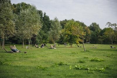 Ławy-leżanki na trawnikach placu wypoczynkowego