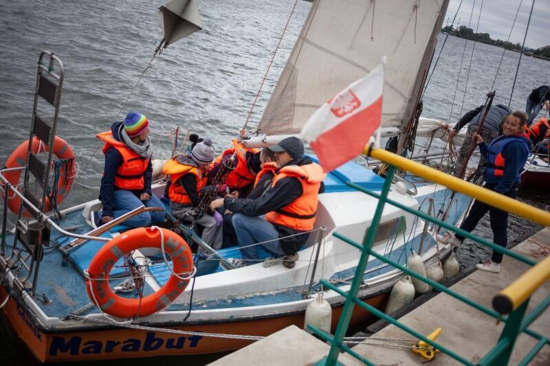 Rejsy ruszają co godzinę, od godz. 9.45 do godz. 14.45. Na pływania można się zgłosić indywidualnie, z grupą przyjaciół bądź całymi rodzinami (dzieci do lat 16 pod opieką dorosłych). Na jednej jednostce może płynąć maksymalnie 5 osób. Nie trzeba posiadać patentów czy umiejętności żeglarskich: łódkami sterować będą harcerze i harcerki z odpowiednimi kwalifikacjami