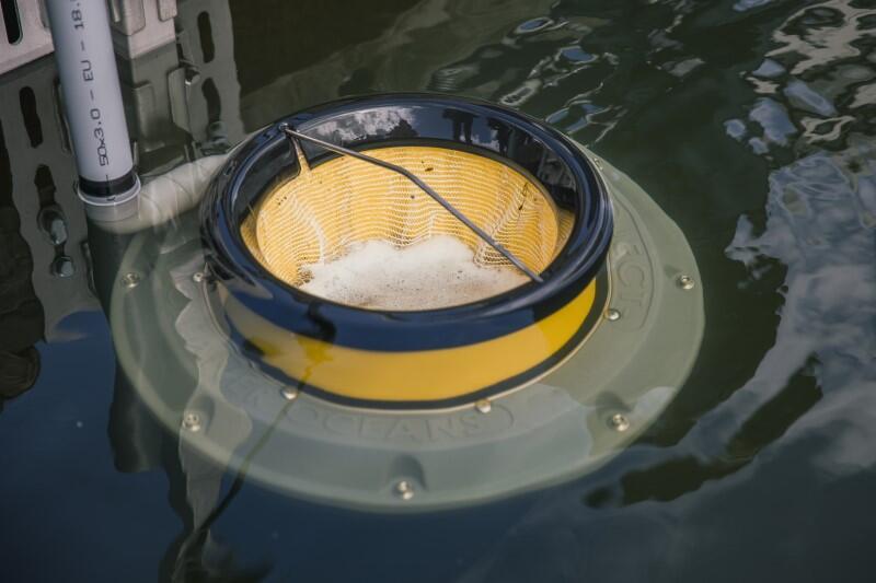 Seabin, czyli specjalny morski kosz na śmieci, który zbiera odpady z powierzchni wody