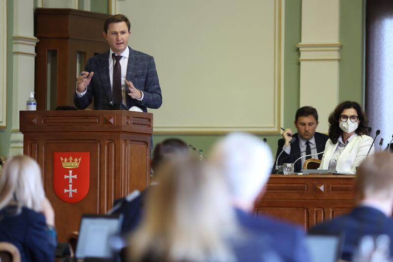 Zespół kierowany przez Piotra Grzelaka, zastępcę prezydenta Gdańska, przeanalizował kilka scenariuszy sytuacji, w tym wariant wykupu akcji Saur Neptun Gdańsk od francuskich partnerów