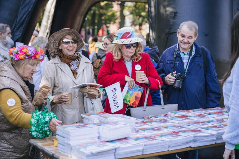Na seniorów i seniorki tego dnia czekały upominki, w tym informator Gdańsk dla Seniorów 2021