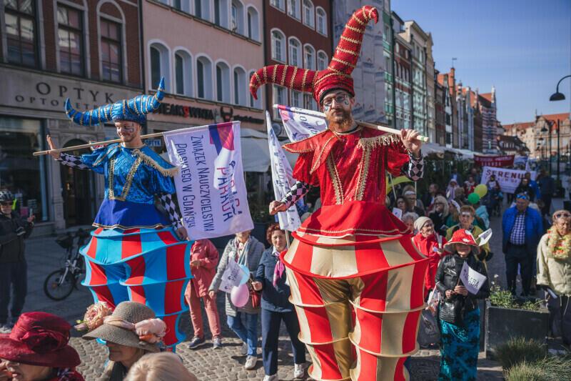 W piątek, 1 października, o godz. 11 spod Fontanny Neptuna ruszyła barwna Parada Seniorów i Seniorek 2021 - kolorowy pochód przeszedł Traktem Królewskim w kierunku parku św. Barbary