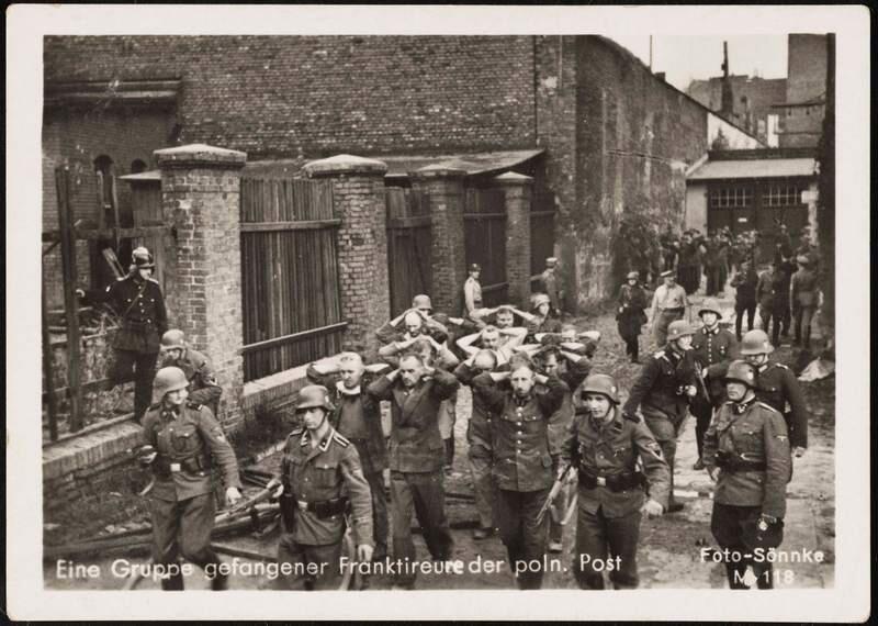 Pojmani obrońcy Poczty Polskiej w Gdańsku. Zostaną rozstrzelani 34 dni później. Miejsce ukrycia ciał zostało odnalezione przypadkowo w 1991 roku