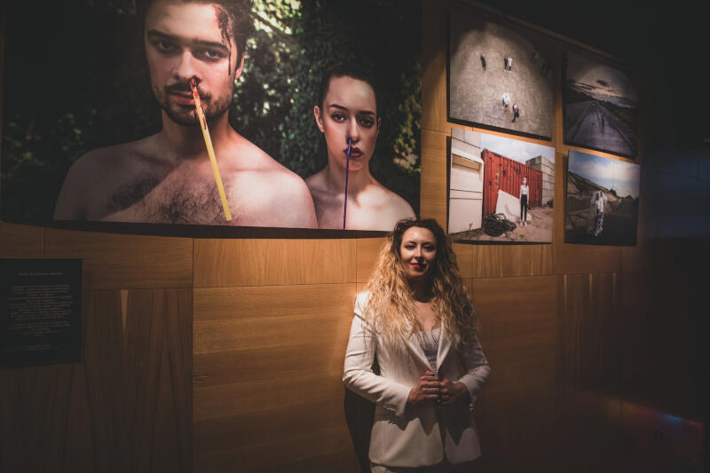 """Anna Bobrowska podczas wernisażu swojej wystawy """"When is enough, enough"""" w Klubie Atelier w Sopocie, 2 października 2021 r."""