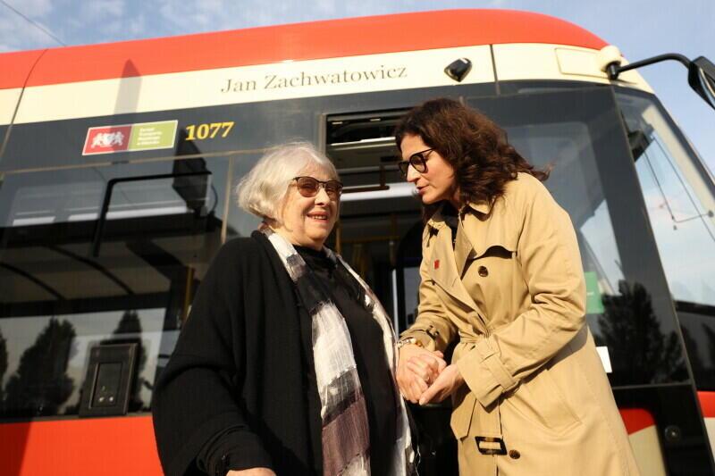 91-letnia Krystyna Zachwatowicz-Wajda po to, by uczcić ojca, przyjechała z Krakowa. - Wielce szanowna Pani Profesor, droga Pani Krystyno, niezwykle wzrusza mnie to, że przy tylu różnych okazjach mamy możliwość goszczenia pani w naszym mieście. Nie tak dawno spotykaliśmy się w tym samym miejscu, nadając jednemu z tramwajów imię Andrzeja Wajdy - mówiła prezydent Aleksandra Dulkiewicz