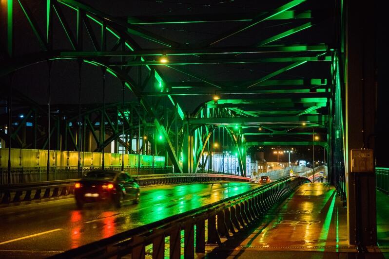 Podświetlony 6 października na zielono wiadukt symbolizuje solidarność Miasta Gdańsk z osobami dotkniętymi mózgowym porażeniem dziecięcym