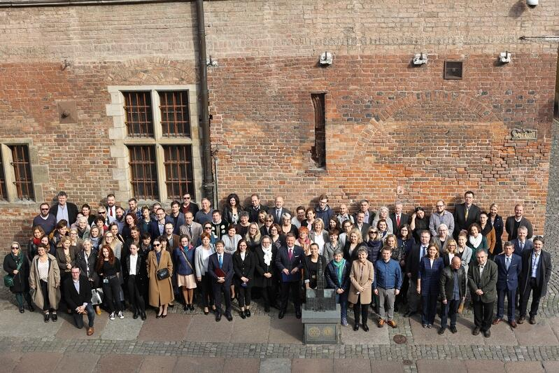 Muzeum Gdańska swoje 50-lecie obchodziło rok temu. Z powodu pandemii dopiero w tym roku pracownicy mogli się spotkać, aby zrobić pamiątkowe zdjęcie
