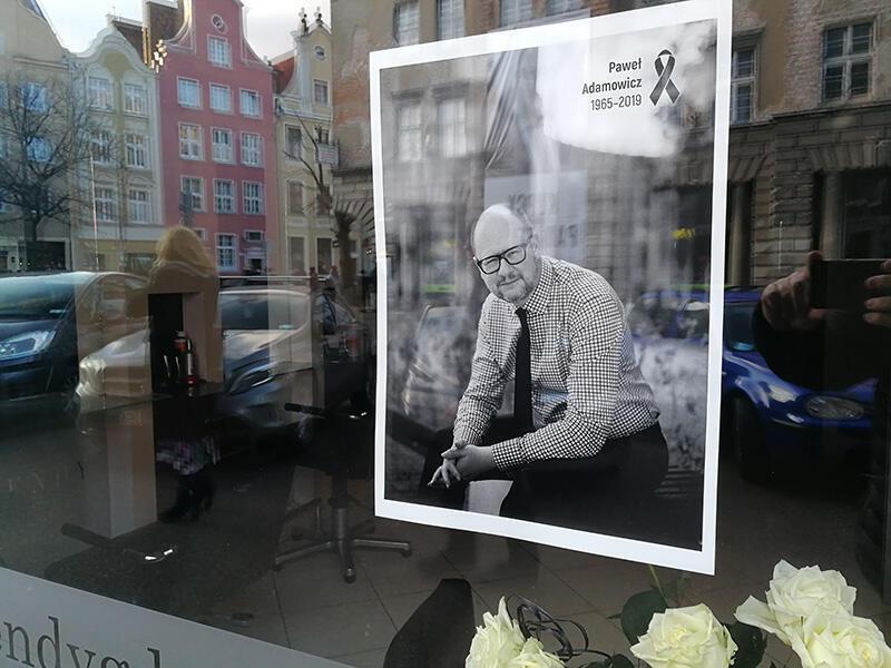 20 stycznia 2019. Gdańsk w żałobie po śmierci prezydenta. Zdjęcie z wizerunkiem Pawła Adamowicza w oknie zakładu fryzjerskiego
