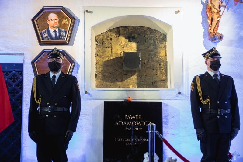 Grób Pawła Adamowicza w Kaplicy Rajców w Bazylice Mariackiej w Gdańsku