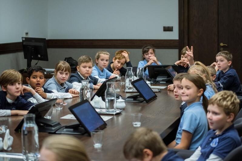 """Poszczególne tematy realizowane w ramach Gdańskich Lekcji Obywatelskich pojawiały się już w trakcie realizacji specjalnych programów edukacyjnych w szkołach np. """"Programu Edukacji Morskiej"""", """"Fonolandii"""", """"Edukacji dla Klimatu"""". Zajęcia te odbywają się w gdańskich szkołach od kilku lat, a teraz zasilą program Gdańskich Lekcji Obywatelskich, stając się jego integralną, spójną częścią. Na zdjęciu Lekcja demokracji z roku 2019 - spotkanie Prezydent Gdańska Aleksandry Dulkiewicz z uczniami SP nr 45"""