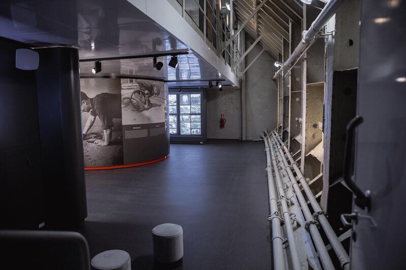 Aranżacja wystawy na statku, który sam w sobie jest elementem ekspozycji jako zabytek techniki, była dużym wyzwaniem