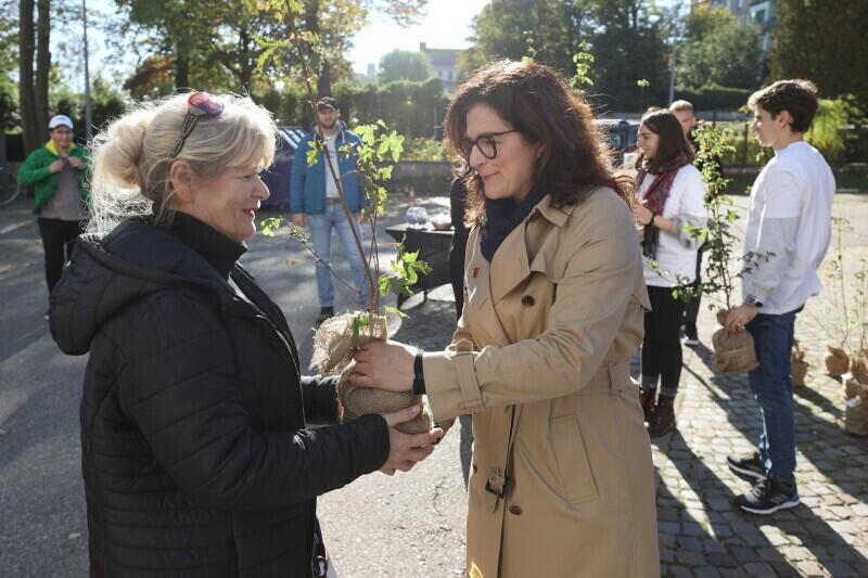 Krystyna Rembowska z Przeróbki przyjęła drzewko od prezydent Aleksandry Dulkiewicz po to, by podarować je przyjaciołom. - Na pewno się ucieszą - powiedziała