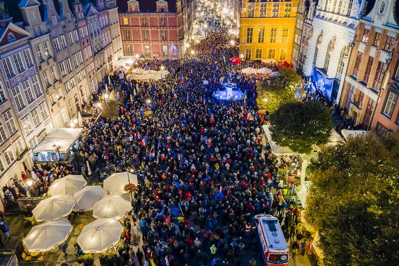 Gdańsk, 10 października 2021 r. Wiec poparcia dla Unii Europejskiej zgromadził, wg oficjalnych danych Policji, ponad 4 tysiące gdańszczan i gdańszczanek