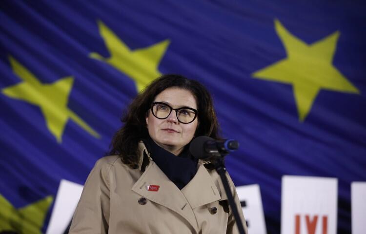 - Dziś Neptun świeci się na niebiesko, na Górze Gradowej powiewa unijna flaga, flagi unijne będą wisieć tak długo jak będzie potrzeba. Tej władzy nie zmieni nikt inny, jak my obywatele - mówiła Aleksandra Dulkiewicz, prezydent Gdańska podczas demonstracji