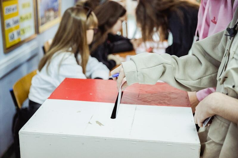 Głosowanie uczniów to ważna lekcja obywatelska, która przygotowuje ich do podejmowania decyzji wyborczych już w wieku dorosłym
