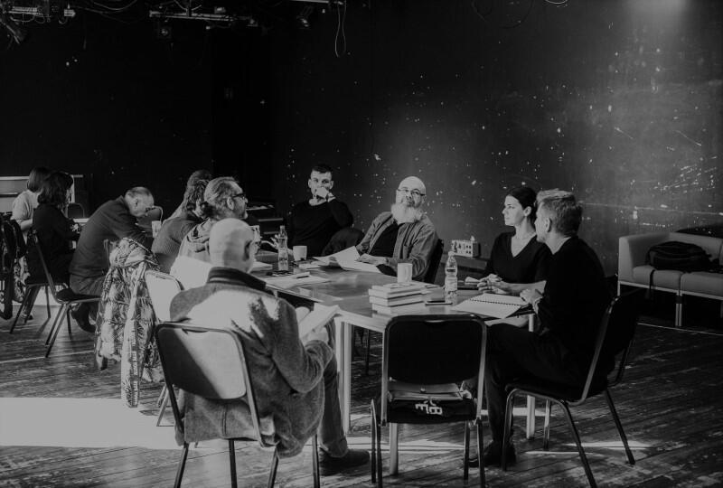 Cezary Niedziółka podczas pracy z zespołem Teatru Wybrzeże