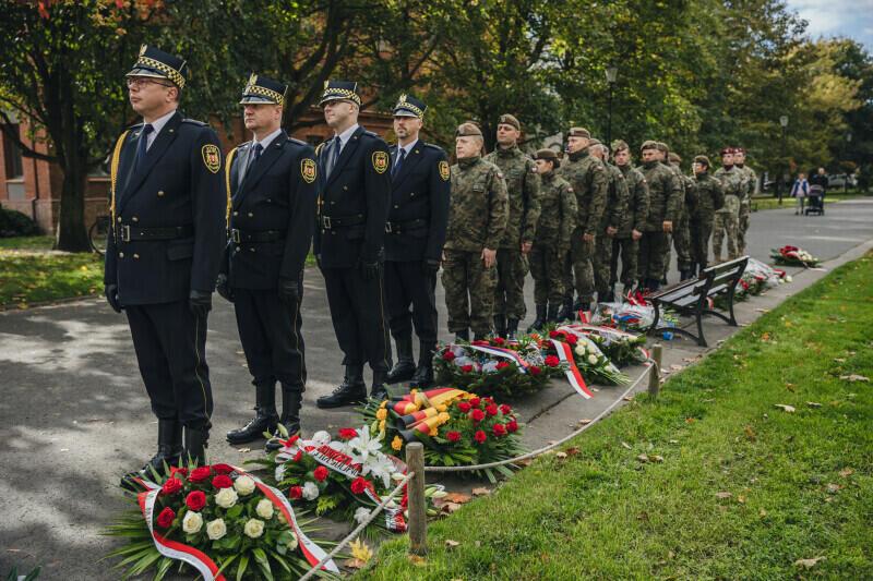 Liczne wieńce od delegacji uczestniczących w uroczystości nieśli pod pomnik strażnicy miejscy i żołnierze 7. Pomorskiej Brygady Obrony Terytorialnej