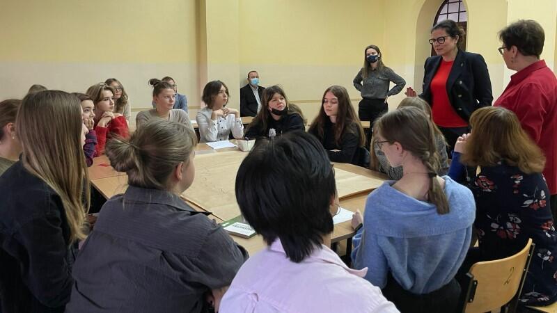 Lekcja obywatelska w I LO przebiegła w atmosferze otwartej rozmowyo historiach rodzinnych i zdarzeniach, które zadecydowały, żeludzie z różnych stronkraju osiedlili się w Gdańsku. W rozmowie uczestniczyła prezydent Aleksandra Dulkiewicz, która sięgnęła po przykłady z historii swoich rodziców i dziadków