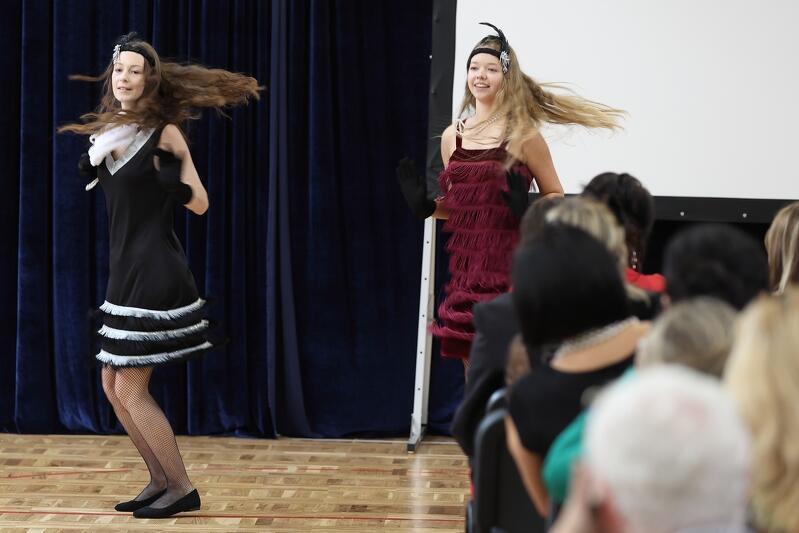"""Młodzież odegrała wypełnione śpiewem i tańcem przedstawienie - """"Sentymentalną podróż w czasie do świata wspomnień i krainy marzeń"""" - nz. charleston"""