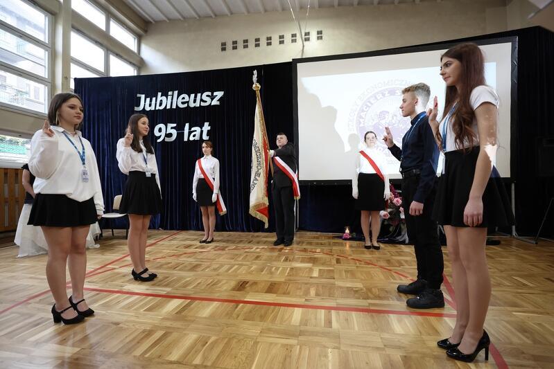 Przedstawiciele klas I w trakcie uroczystości jubileuszowych Szkół Ekonomiczno - Handlowych w Gdańsku złożyli uroczyste ślubowanie przed sztandarem szkoły