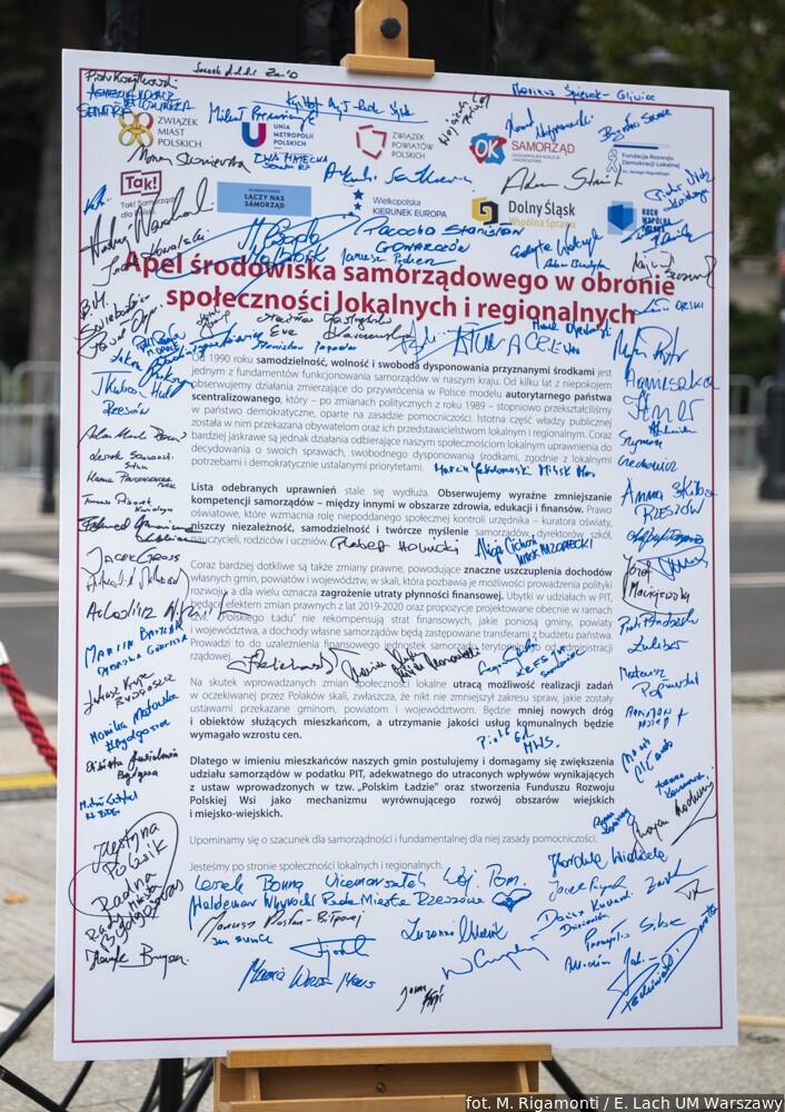 Tablica z apelem, podpisanym przez uczestników wiecu z całego kraju, stanęła na ulicy przed Sejmem RP