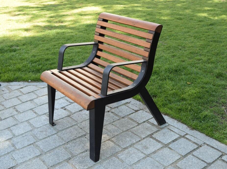 31 krzeseł stanie na ul. Długiej i Długim Targu