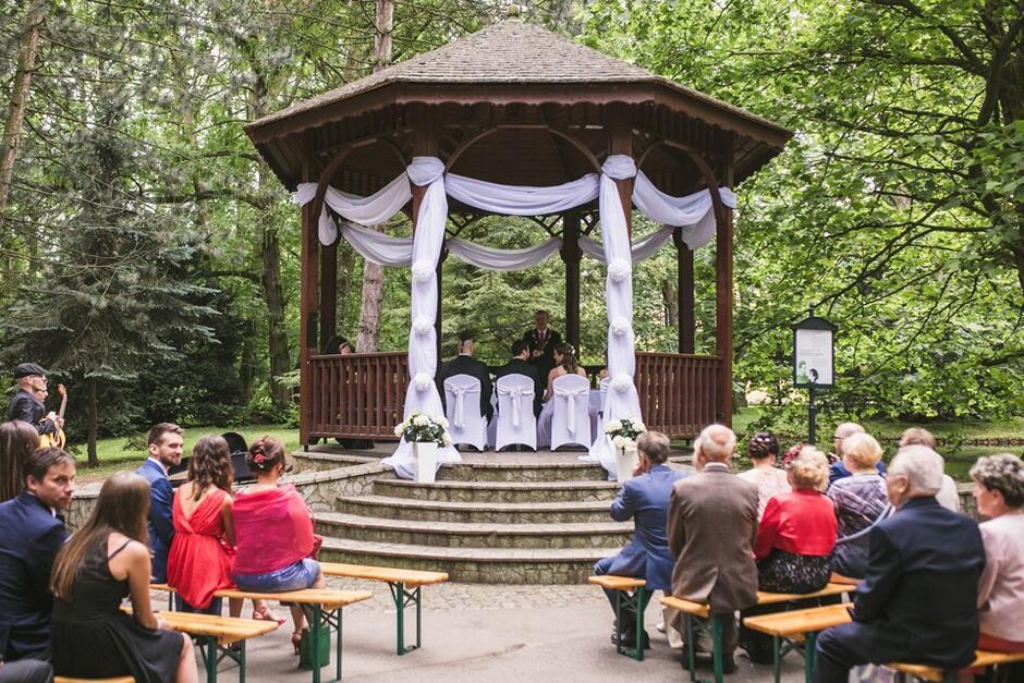 Ceremonia zaślubin w Parku Oliwskim