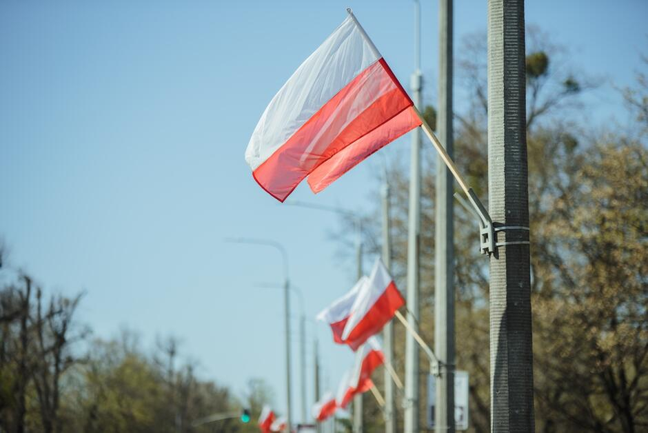 Biało-czerwone flagi na al. Zwycięstwa