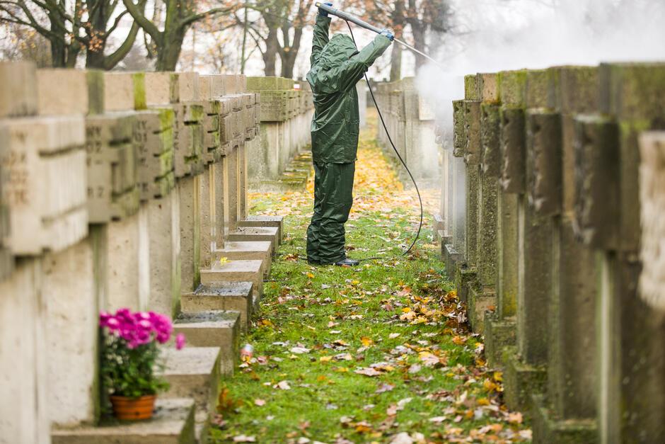 Czyszczenie nagrobków na Cmentarzu Pomniku Bohaterów Zaspa