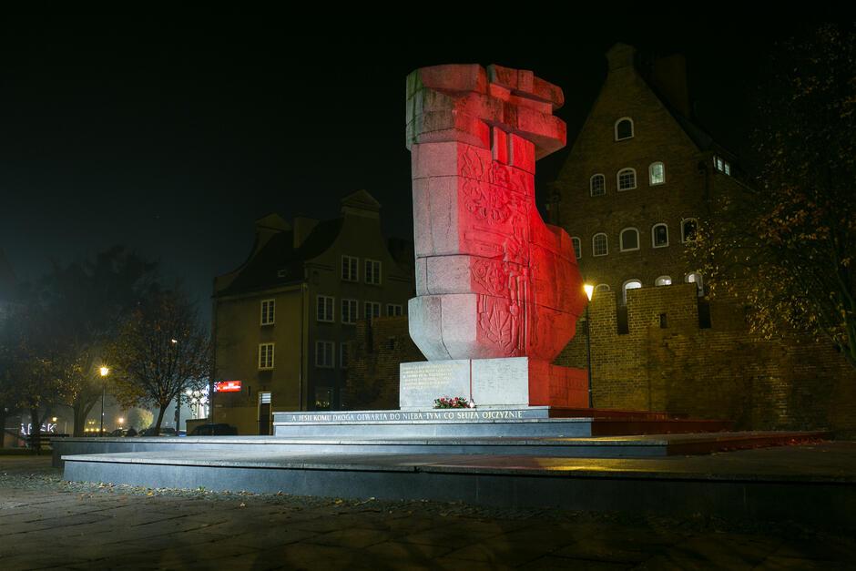 Pomnik Tym, co za polskość Gdańska  z biało-czerwoną iluminacją