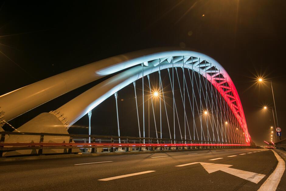 Biało-czerwone podświetlenie wiaduktu przy Stadionie Energa Gdańsk