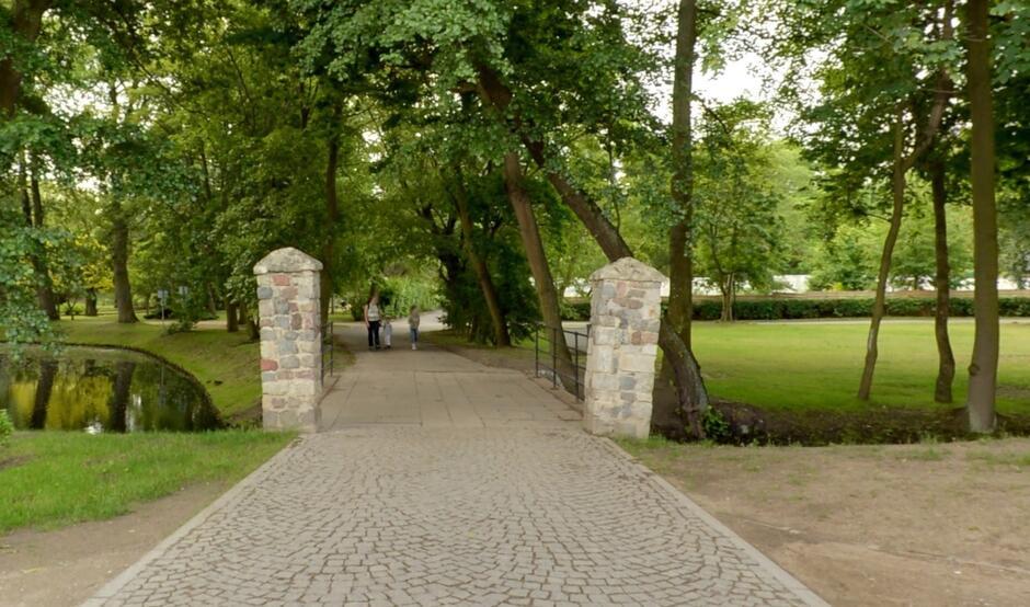 Most nad Potokiem w Parku Oliwskim