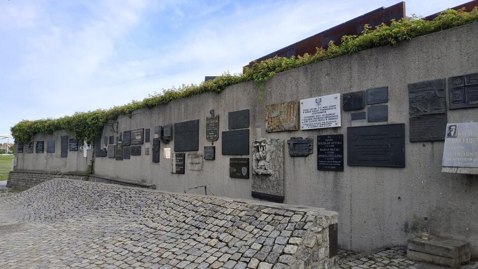 Zabytkowy mur na Placu Solidarności w Gdańsku