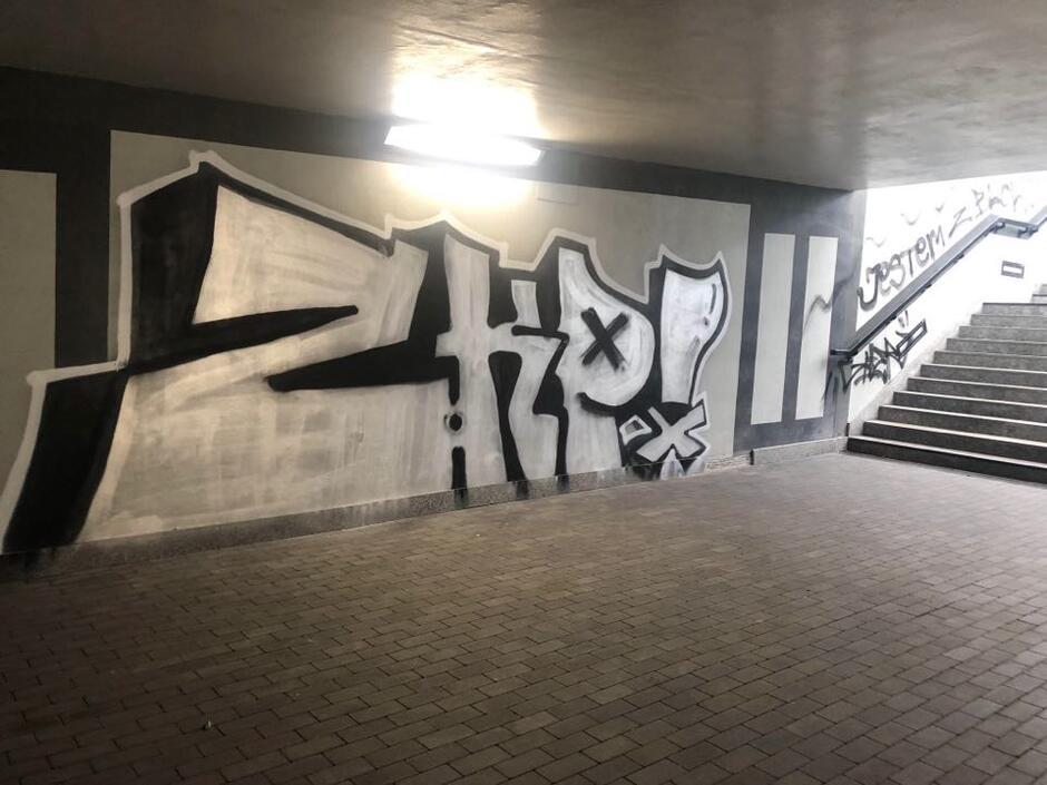 Zdewastowane przejście podziemne przy ul. Okopowej.