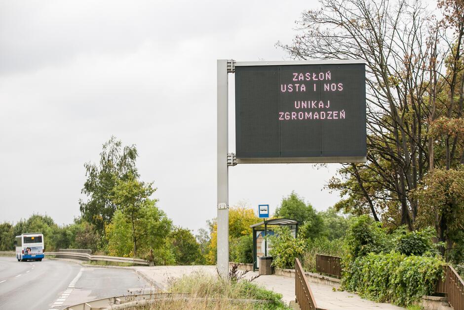 Stacjonarna tablica zmiennej treści na al. Armii Krajowej z komunikatami o żółtej strefie w Gdańsku