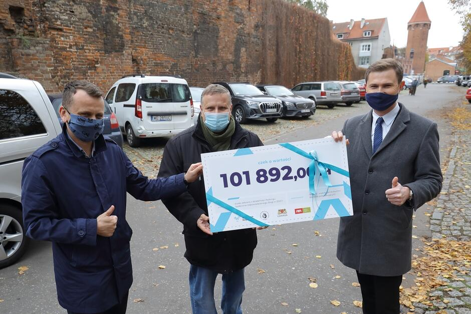 Wiceprezydent Gdańska Piotr Grzelak przekazał czek na ponad 100 tys. zł przedstawicielom Fundacji Społecznie Bezpieczni oraz Towarzystwa Pomocy im. Św. Brata Alberta