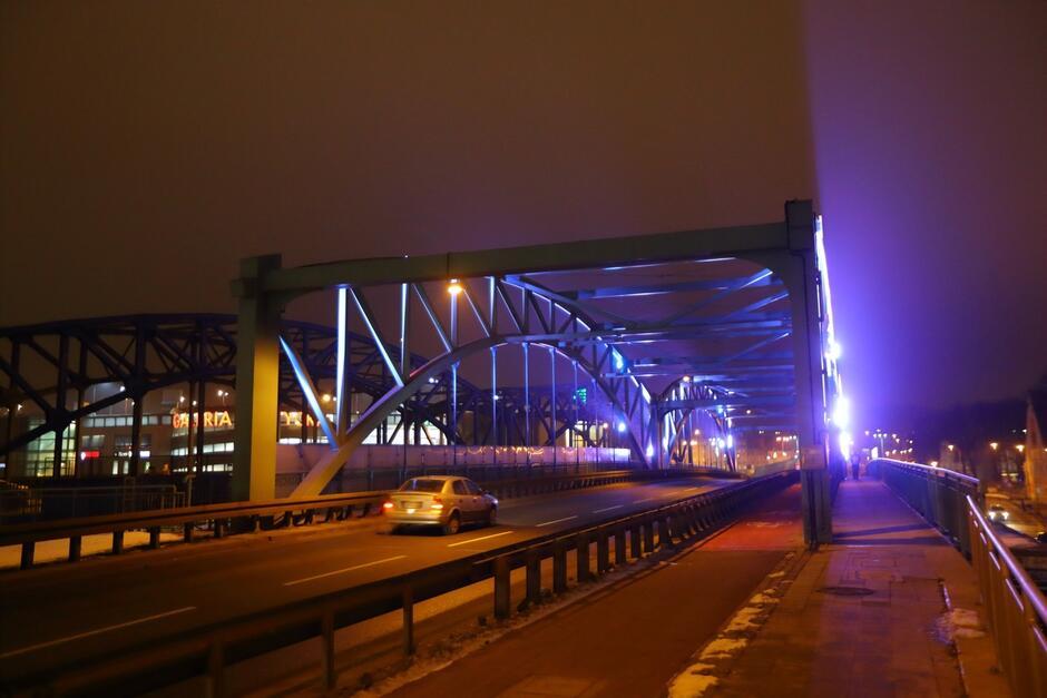 Podświetlony na niebiesko wiadukt w ciągu ul. Kościuszki to gest solidarności gdańszczan z osobami chorymi na cukrzycę