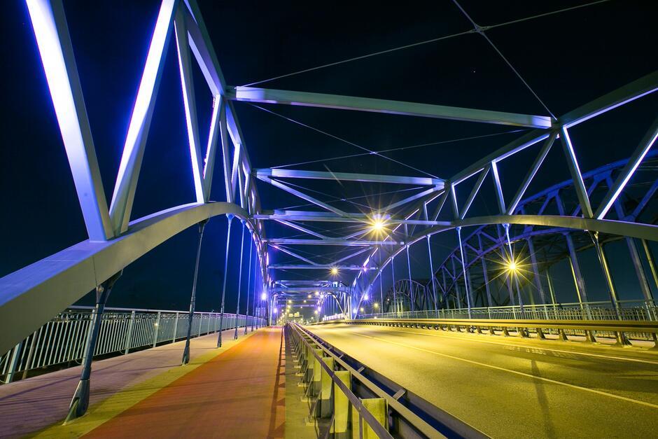 Niebieska iluminacja wiaduktu na ul. Kościuszki zwraca uwagę na osoby cierpiące na raka trzustki