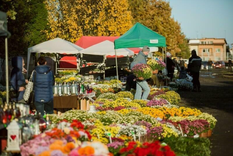 Sprzedaż kwiatów i zniczy przed Cmentarzem Łostowickim