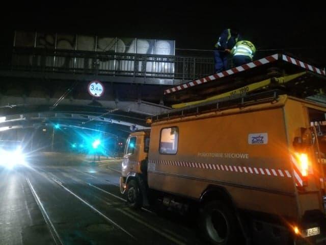 Prace związane z przebudową trakcji na al. Hallera prowadzone były głównie w nocy