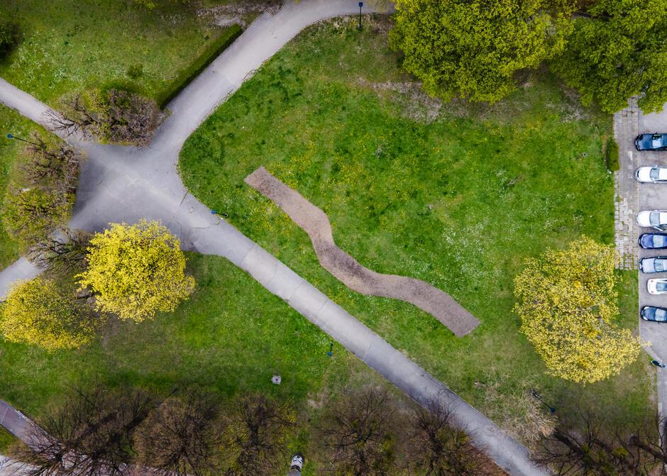 Widok z lotu ptaka na poletko przygotowane pod łąkę kwietną w kształcie fali w Parku Uphagena.