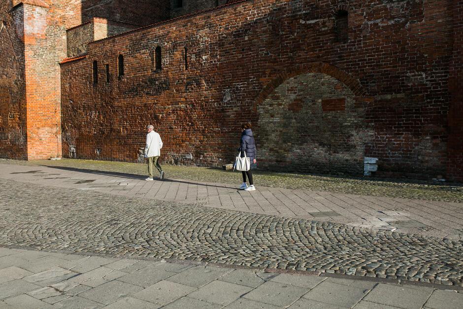 Fragment remontowanego chodnika na wysokości Katowni.