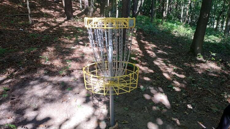 Pole do disc golfa w Parku Jaśkowa Dolina wyposażone jest w certyfikowane kosze używane podczas największych turniejów na świecie.