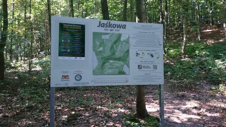 Tablica z planem pola i instrukcją gry znajduje się na skraju Podleśnej Polany