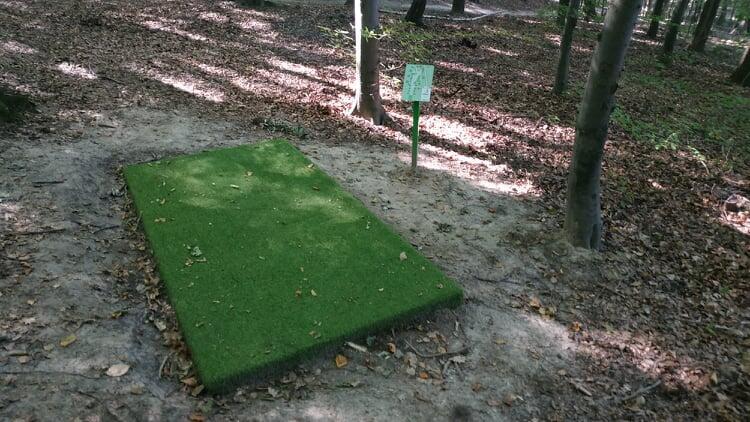 Obiekt składa się z 14-dołkowego pola wyposażonego w specjalne maty rozbiegowe ze sztucznej trawy.