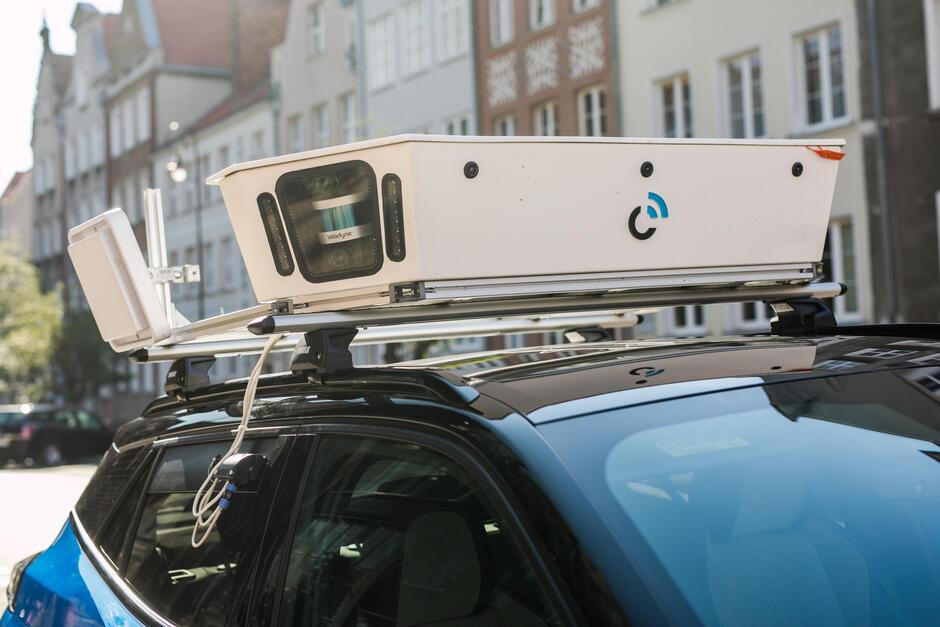 System mobilnej kontroli to m.in. skaner umieszczony na dachu pojazdu, skanujący numery rejestracyjne i wykonujący zdjęcia zaparkowanych pojazdów