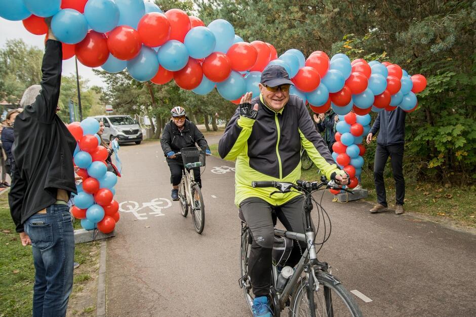 Milionowy rowerzysta przejeżdża przez bramę z balonów, ustawioną w pobliżu pętli indukcyjnej