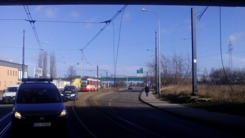 uszkodzona trakcja na ulicy Wosia Budzysza radiowóz samochody osobowe tramwaj łąka wiadukt trasy Sucharskiego budynki firmy Elektromontaż